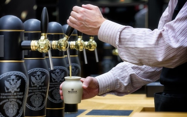 The-Maille-Boutique-in-New-York_Pouring-Mustard-on-Tap_HR-640x400
