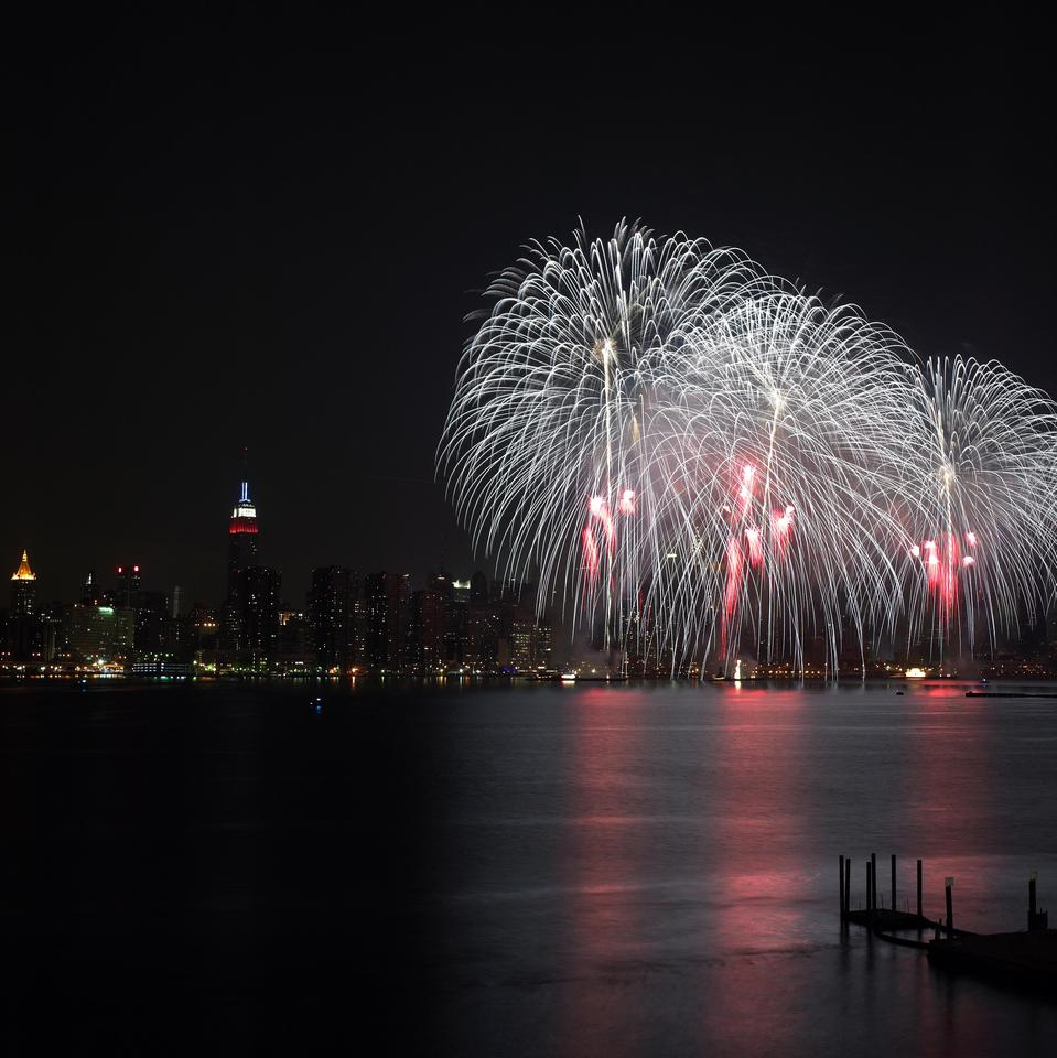 macys_4th_of_july_fireworks_2-_east_river